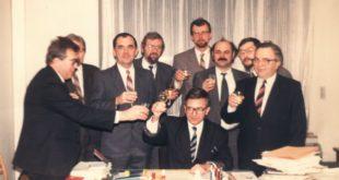 035-Együttélés-csapata a 90-es évek elején - koccintás - Duray Miklós elnök